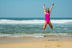Diviértase al muchacha-adolescente en un bañador rosado en el fondo del océano Océano Atlántico Oporto, Portugal Imagen de archivo libre de regalías