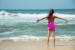 Diviértase al muchacha-adolescente en un bañador rosado en el fondo del océano Océano Atlántico Oporto, Portugal Fotografía de archivo libre de regalías