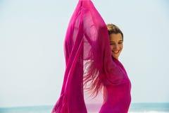 Diviértase al muchacha-adolescente en un bañador rosado en el fondo del océano Océano Atlántico Oporto, Portugal Fotos de archivo libres de regalías