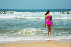 Diviértase al muchacha-adolescente en un bañador rosado en el fondo del océano Océano Atlántico Oporto, Portugal Imágenes de archivo libres de regalías