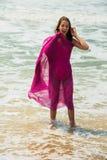 Diviértase al muchacha-adolescente en un bañador rosado en el fondo del océano Océano Atlántico Oporto, Portugal Imagen de archivo