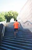 Diviértase, aptitud - el deportista está corriendo en la ciudad, corredor masculino en las escaleras de los pasos Foto de archivo