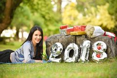 Diviértase el Año Nuevo 2018 de la caja de regalo de la aptitud de la señora mujer Fotos de archivo libres de regalías