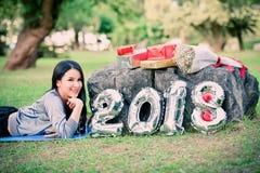 Diviértase el Año Nuevo 2018 de la caja de regalo de la aptitud de la señora mujer Foto de archivo