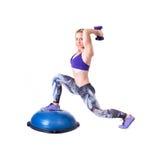 Diviértase el ejercicio de la mujer con una bola y pesas de gimnasia de los pilates Imagen de archivo libre de regalías