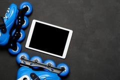 Diviértase, forma de vida sana, las ruedas de los pcteres de ruedas y tableta en fondo oscuro de tablero de tiza Fotos de archivo