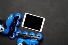 Diviértase, forma de vida sana, los pcteres de ruedas y tableta en fondo oscuro de tablero de tiza Fotografía de archivo