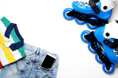 Diviértase, la forma de vida sana, los pcteres de ruedas y el sistema de la ropa del ` s del muchacho, teléfono celular en el fon Foto de archivo libre de regalías