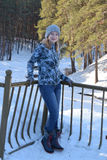 Diviértase a la muchacha en el bosque que se coloca en el puente sobre The Creek Fotografía de archivo libre de regalías