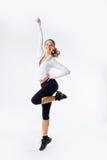 Diviértase a la muchacha sana joven sonriente de la mujer de la aptitud en salto Foto de archivo libre de regalías