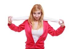 Diviértase a la muchacha sonriente de la aptitud de la mujer con la toalla aislada en blanco Fotografía de archivo libre de regalías
