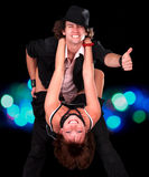 Diviértase la muchacha y al hombre de los pares de la danza con el pulgar para arriba. Fotografía de archivo