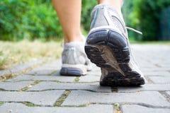 Diviértase a la mujer que recorre de la reconstrucción de los zapatos Fotos de archivo