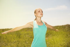 Diviértase a la mujer rubia que ejercita en la foto de la yoga del aire libre en nacional Foto de archivo