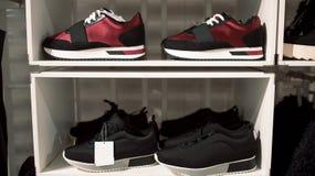 Diviértase los zapatos en el estante de la tienda Fotos de archivo