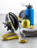 Diviértase y adiete el concepto con el accessorie del ejercicio del peso Foto de archivo libre de regalías