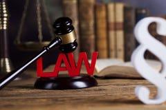 Divida en párrafos la muestra, el abogado de madera del mazo, el sistema legislativo y la justicia foto de archivo