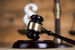 Divida en párrafos la muestra, el abogado de madera del mazo, el sistema legislativo y la justicia imagen de archivo libre de regalías