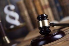 Divida en párrafos la muestra, el abogado de madera del mazo, el sistema legislativo y la justicia imagenes de archivo