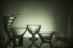 Divida i calici in lotti ofempty della tazza del ghiaccio (coppa gelato) sui precedenti scuri Immagini Stock Libere da Diritti