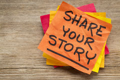 Divida la vostra storia sulla nota appiccicosa Fotografie Stock Libere da Diritti