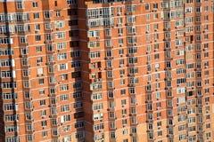 Divide le finestre in lotti del grattacielo moderno dell'appartamento Immagine Stock