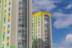 Divide le finestre in lotti della casa moderna del grattacielo dell'appartamento Fotografie Stock