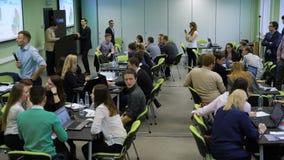 Dividen a los estudiantes en los equipos que esperan el entrenamiento del negocio en universidad El jefe de la sesión de práctica almacen de metraje de vídeo