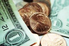 Dividenden u. Kapitalgewinne mit Pennys u. einem Dollarschein hohe Qualität lizenzfreie stockbilder