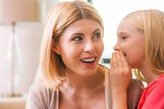 Dividendo i segreti con la mamma Immagine Stock Libera da Diritti