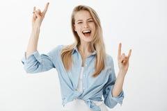 Dividendo le emozioni positive con noi Ritratto del modello femminile caucasico allegro con l'atteggiamento spensierato soddisfat Fotografia Stock