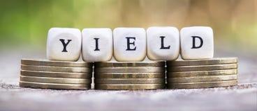 Divident fedrunek, savings pojęcie - złocistych monet sztandar obraz stock