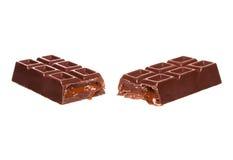Dividido na meia barra de chocolate com as porcas isoladas no branco Fotos de Stock Royalty Free