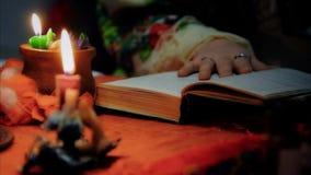 Divination, произношение по буквам чтения ведьмы к везению, волшебству миражирует молнию дома сток-видео
