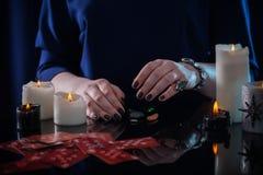 Divination с карточками и свечами Стоковое Изображение RF