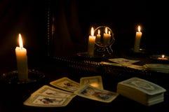 Divination par des cartes de tarot par la lueur d'une bougie, cartomancie avec des miroirs image stock