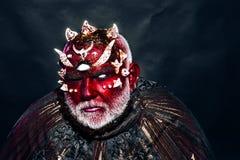 Divination par l'homme de mystère l'homme avec le maquillage créatif fait la divination pour l'avenir Allez à l'enfer photographie stock