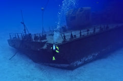 Diving towards a shipwreck Royalty Free Stock Photos