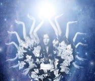 divinité femelle Beaucoup-armée dans le cosmos Photo stock