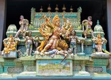 Divinités indoues sur la façade d'un temple hindou photographie stock