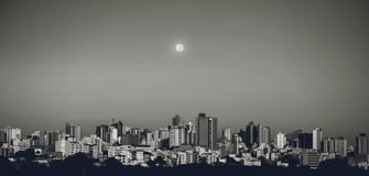 Divinopolis Brasilien stad och måne på en vanlig dag royaltyfri foto