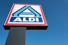 Divisão norte do sinal de Aldi contra o céu azul Foto de Stock Royalty Free