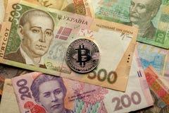 Divisa nacional de Bitcoin y de Ucrania - hryvnya fotos de archivo libres de regalías