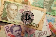 Divisa nacional de Bitcoin y de Ucrania - hryvnya imagen de archivo libre de regalías