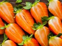 Divise en deux des fraises Photos libres de droits