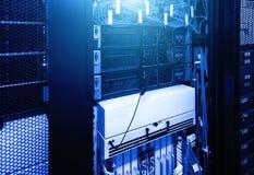 Divise l'ordinateur dans le support au grand centre de traitement des données sous la lampe au néon bleue Concept futuriste de ré images libres de droits