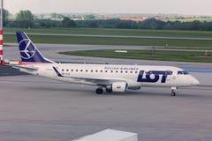 Divisez en lots l'avion polonais de lignes aériennes à l'aéroport Hongrie de Budapest Image libre de droits