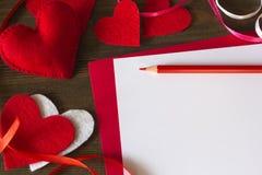 Divisez en lots les coeurs du feutre, du ruban et du crayon de papier Image stock