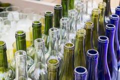 Divisez en lots un bleu jaune blanc coloré de vert de bouteilles Photographie stock libre de droits