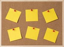Divisez en lots une note collante jaune sur le panneau de liège de cadre en bois Photo libre de droits